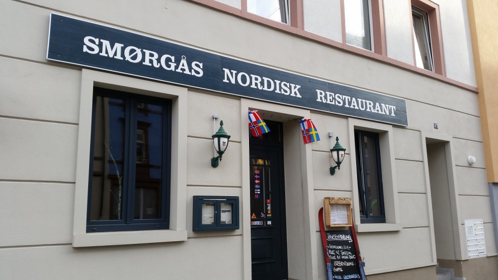 Nordische Fähnchen begrüßen Dich am Eingang des Restaurants.