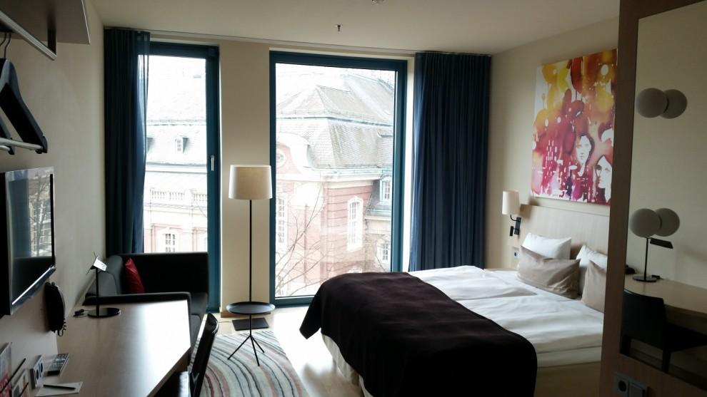 Hell, freundlich und großzügig gestaltet - die Zimmer des Scandic Hamburg Emporio.