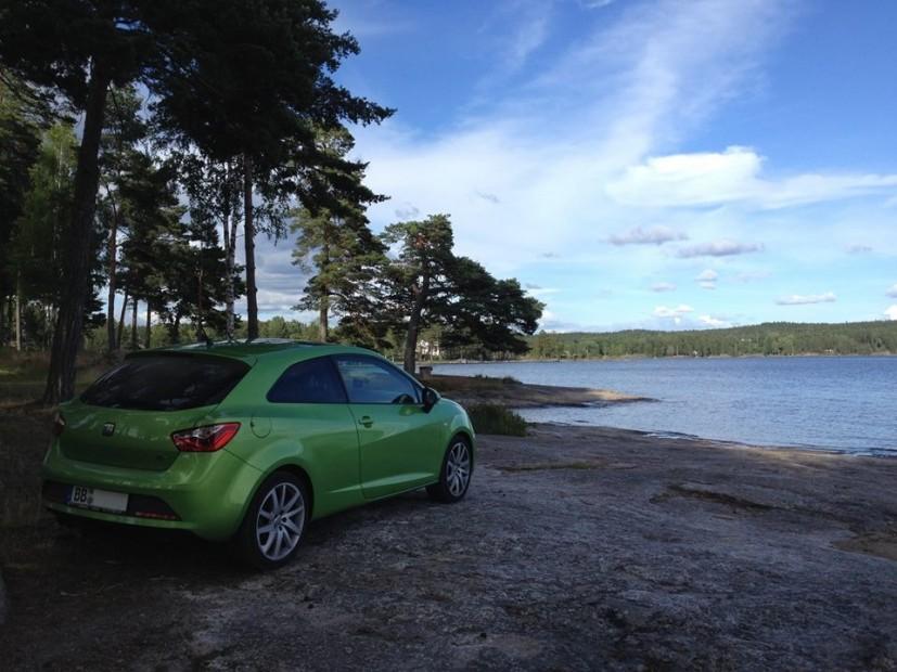 Schöne Kontraste: Grüne Wälder und grüner Flitzer - blauer Himmel und blauer See.