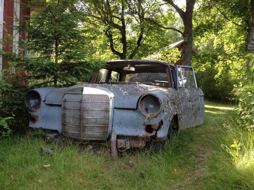 Auf dem Autofriedhof in Båstnäs scheint die Zeit stehengeblieben.