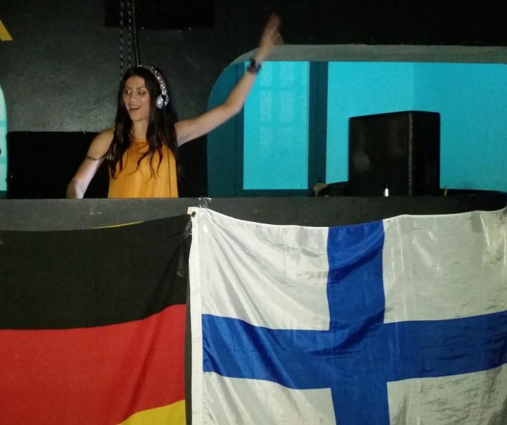 """Jenni heizt mit ihren Hardstyle-Beats ordentlich ein - Motto: """"Finland kisses Germany""""."""