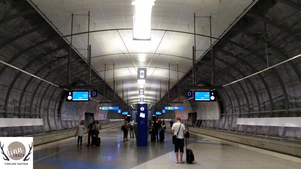 Der Bahnsteig am modernen Flughafenbahnhof Helsinki Vantaa.