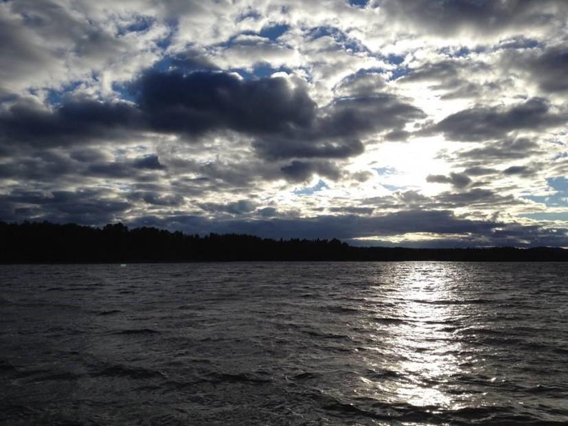 Bizarre Wolkenformationen über einem schwedischen See.