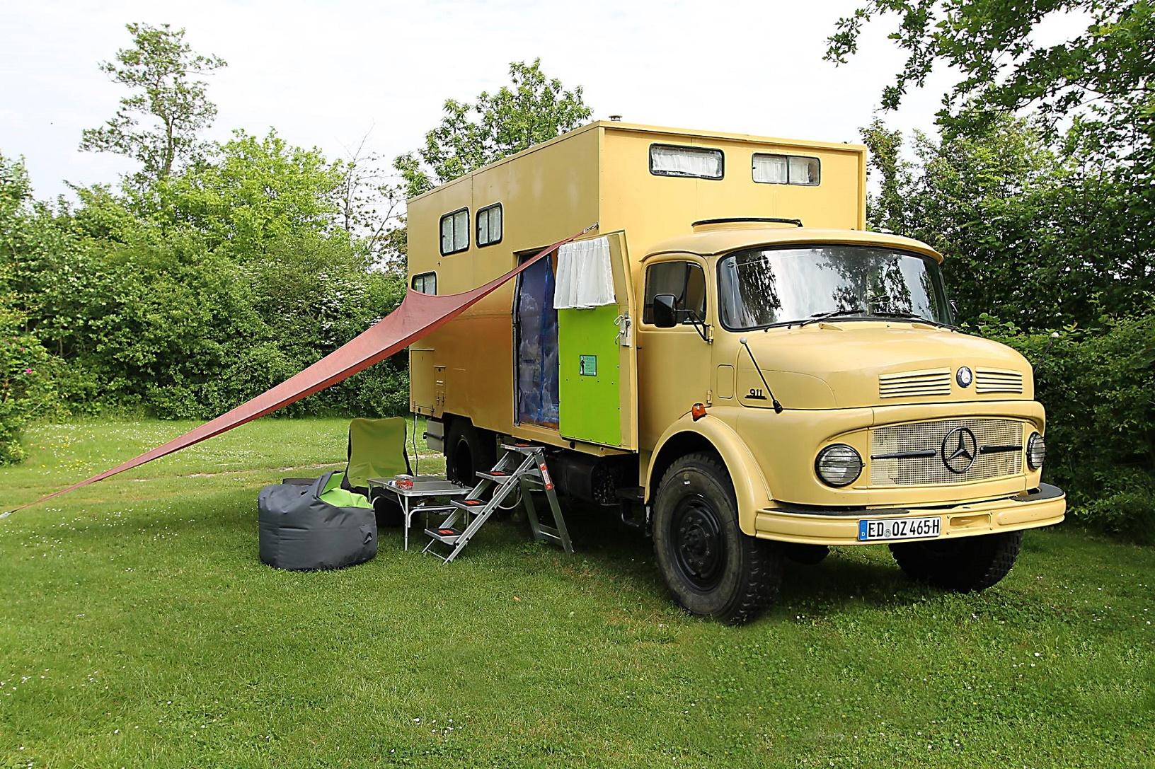 Mit diesem zu einem Wohnmobil umgebauten, kultigen Mercedes-Benz LKW aus dem Jahre 1966 sind Robby und Stefan unterwegs.