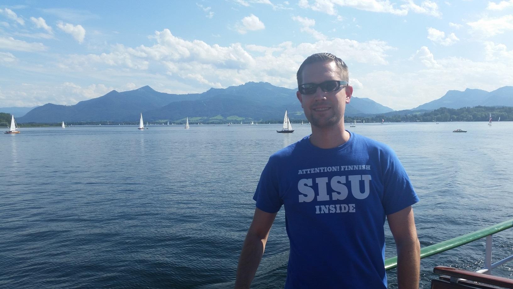 """Ob in Finnland oder - wie hier - am schönen Chiemsee, das """"Finnish Sisu inside""""-T-Shirt lässt keine Fragen offen."""