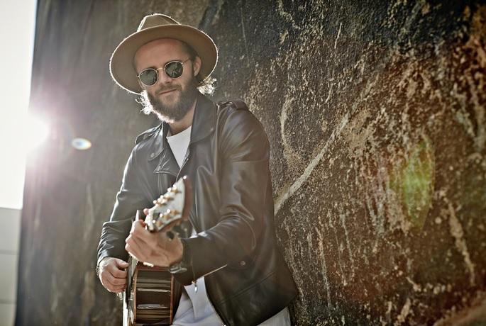 Niila ganz in seinem Element: mit Gitarre, Hut und Sonnenbrille.