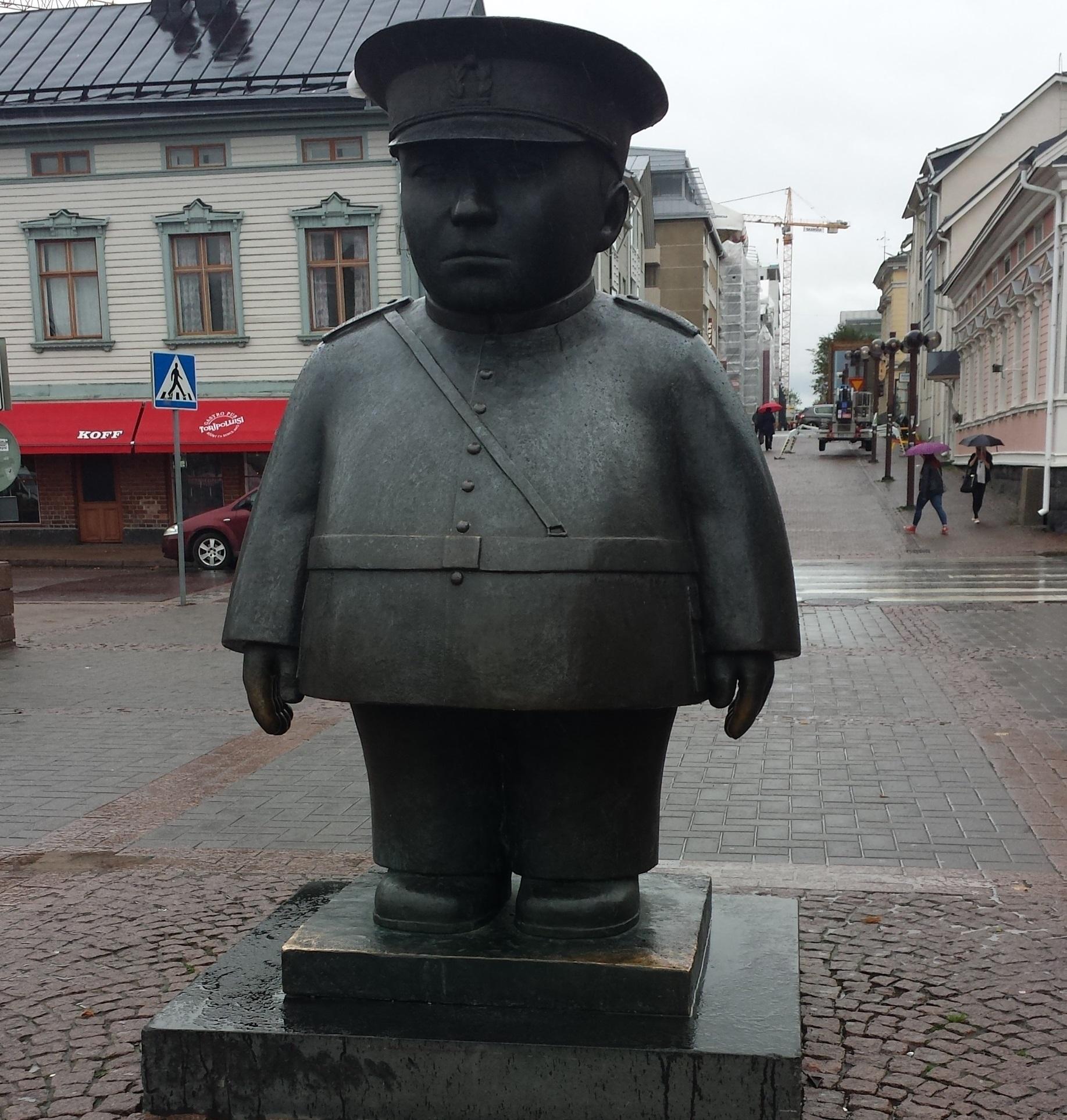 """Der Toripolliisi (""""Marktpolizist"""") passt auf, dass auf dem Marktplatz von Oulu alles mit rechten Dingen zugeht."""