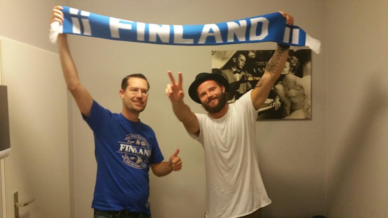 Fußballfans unter sich: FinnTouch-René und Niila Arajuuri