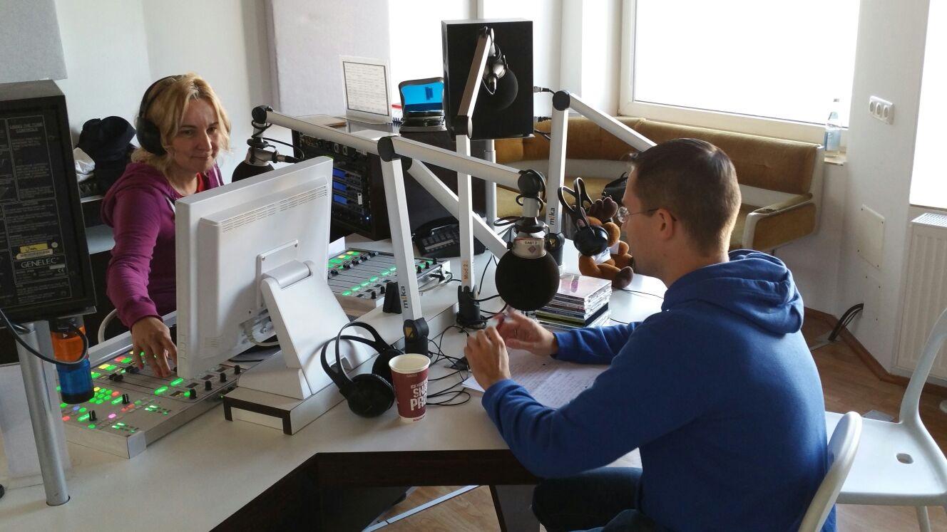 Volle Konzentration während der Livesendung: Sisu Radio Moderatorin Päivi und FinnTouch-René