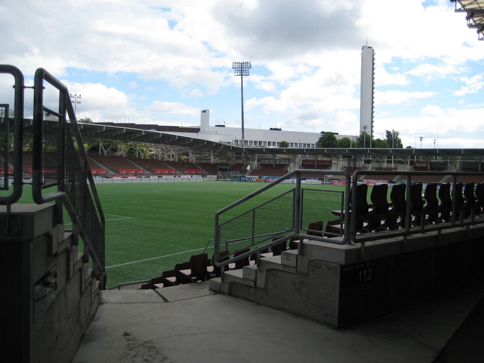 Das Sonera Stadion war die erste moderne Fußballarena Finnlands. Hier treffen sich HIFK und HJK Helsinki zum spannungsgeladenen Derby.