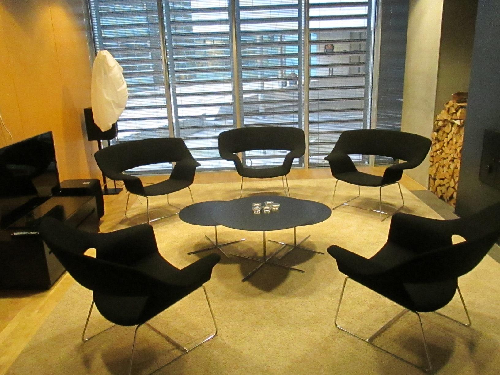 In einem solch gemütlichen Besprechungsraum können doch eigentlich nur besonnene Entscheidungen gefällt werden.