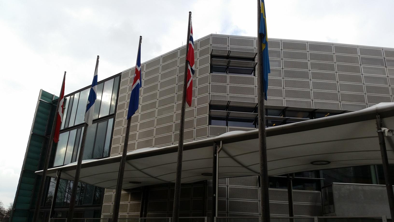 Die Fahnen der nordischen Länder vor dem Botschaftskomplex.