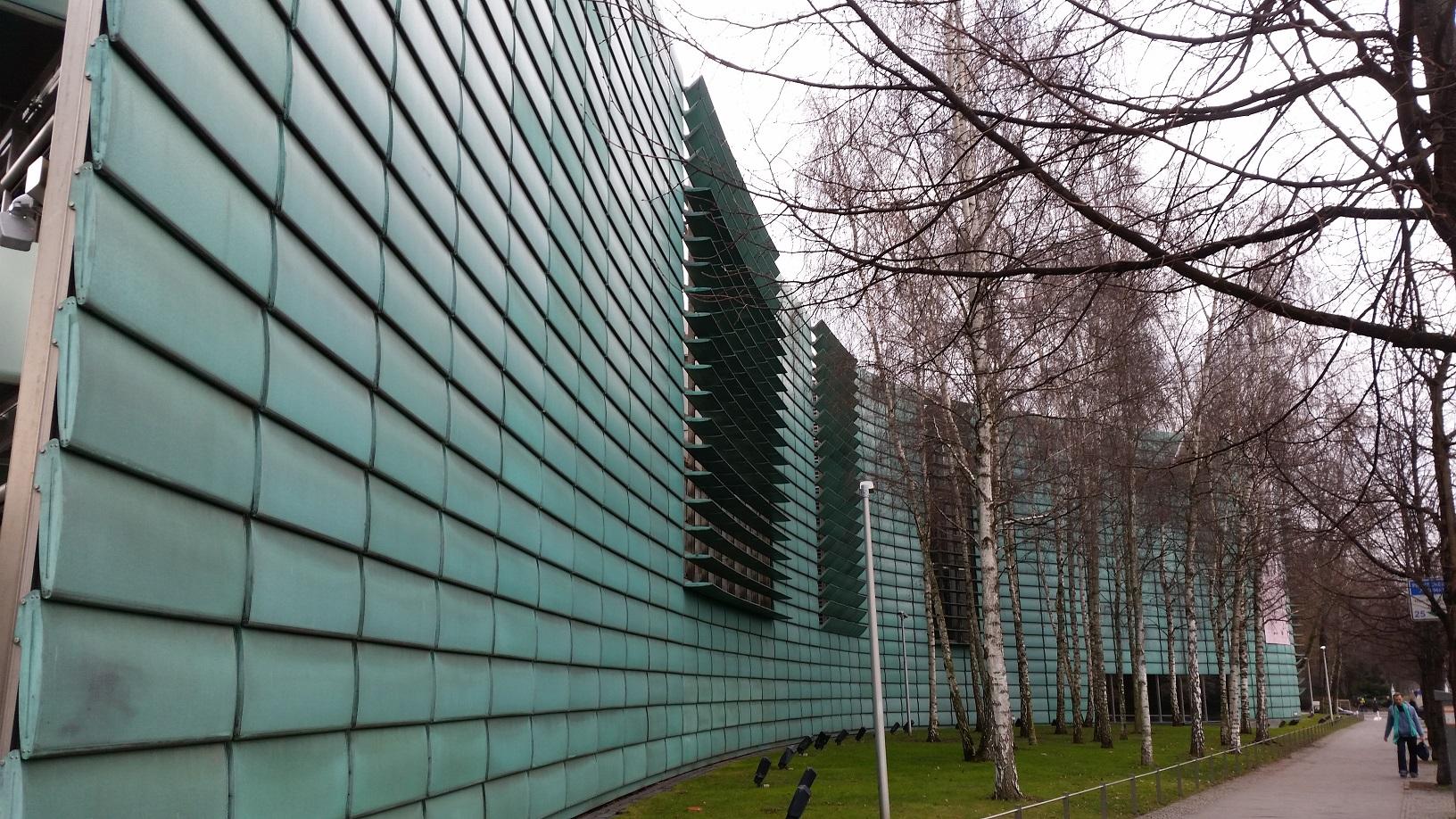 Das Gebäude der Nordischen Botschaften ist von außen bereits unverkennbar.