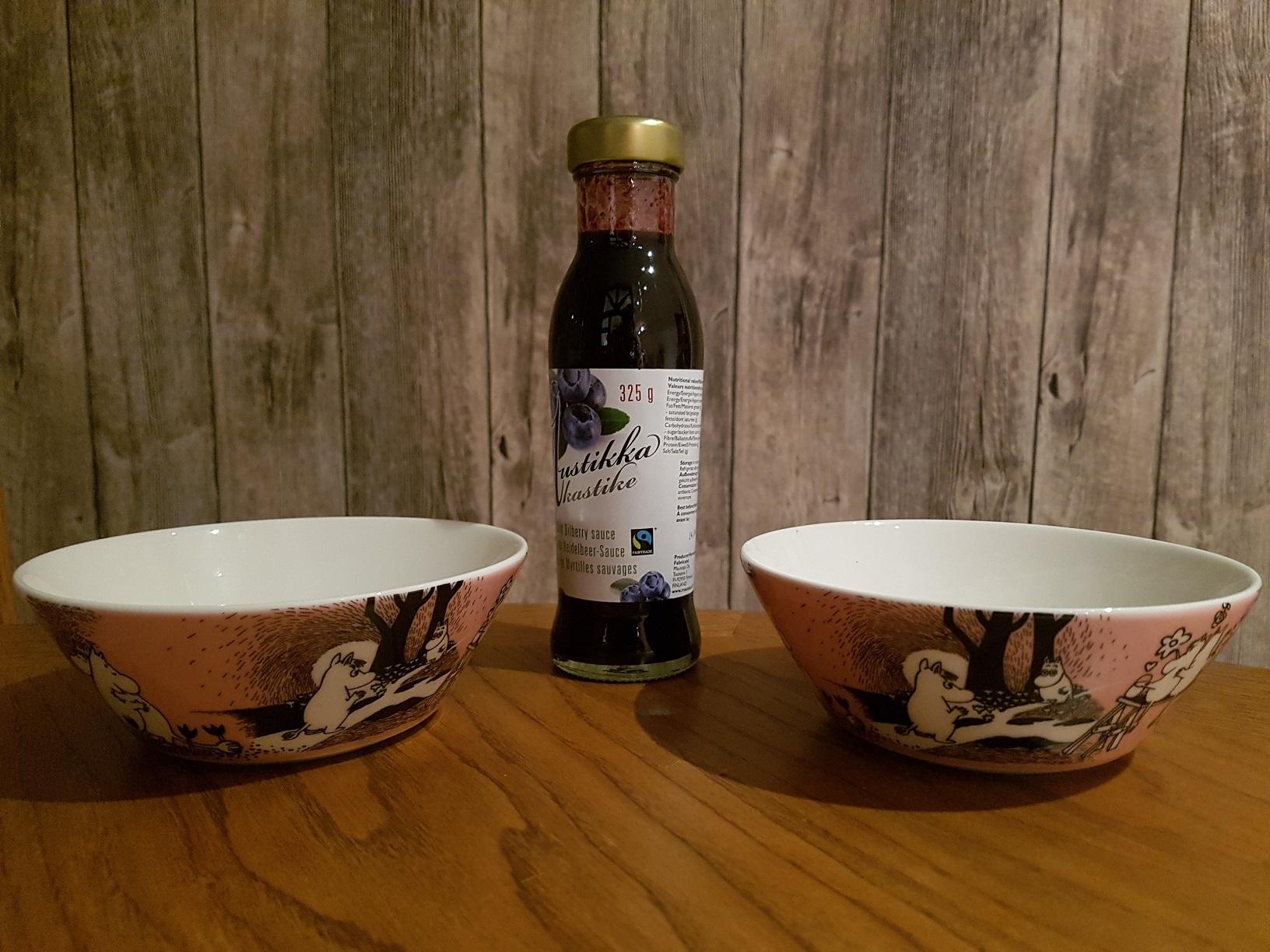 Die finnische Heidelbeersoße mundet nicht nur zu einer Portion Eis aus Mumin-Schälchen - auch Dein Gebäck kannst Du damit beispielsweise verfeinern.