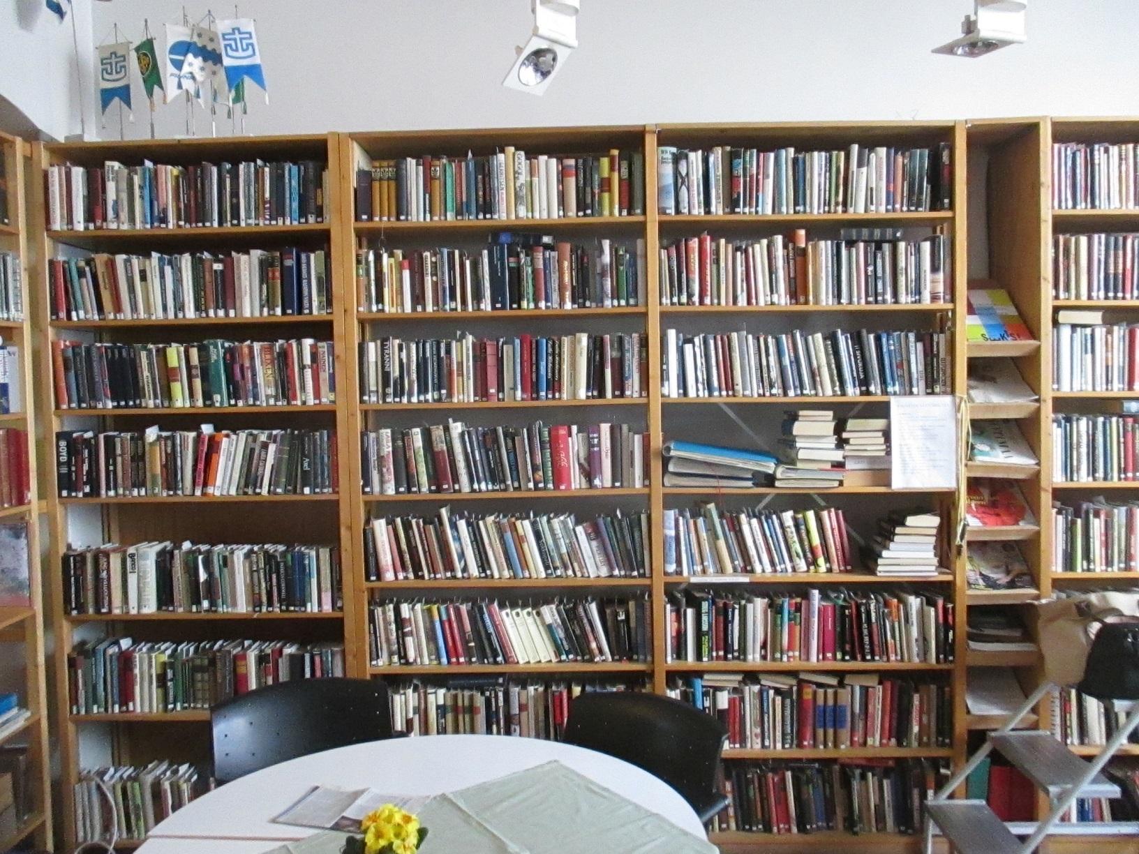 Hier findet sich einiges an Lesestoff: Die Bibliothek im Finnland Zentrum.