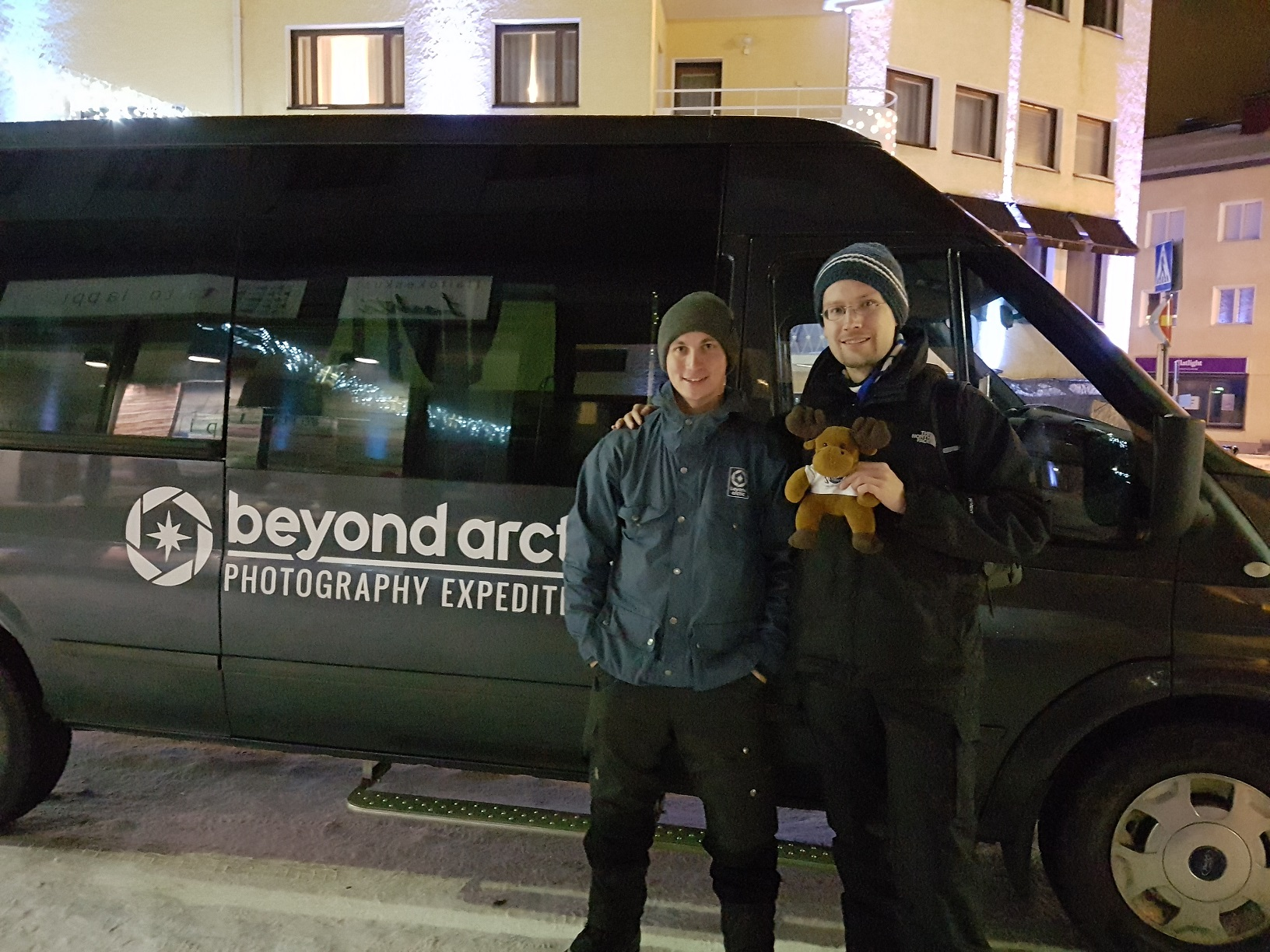 Juho Uurtamo, René und Hannu-Pekka vor dem Beyond Arctic-Bus.