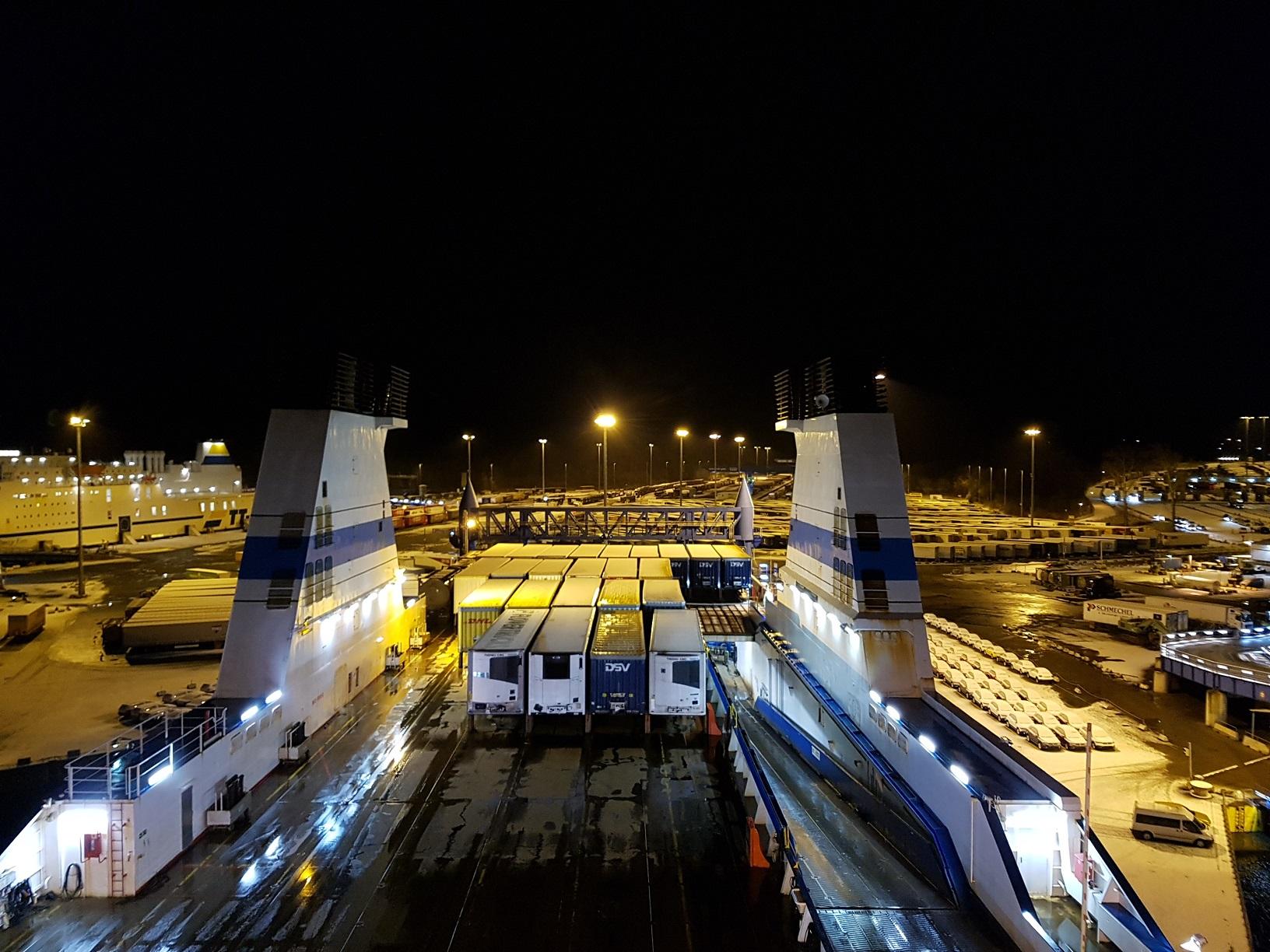 Nächtlicher Blick auf das Frachtdeck der Finnmaid im Hafen von Travemünde.