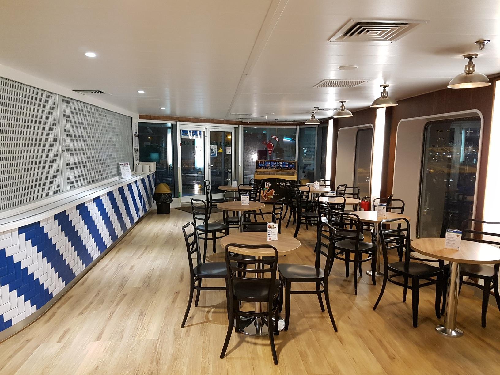 Maritimes Flair versprüht das Star Café mit direktem Zugang zum Außendeck.