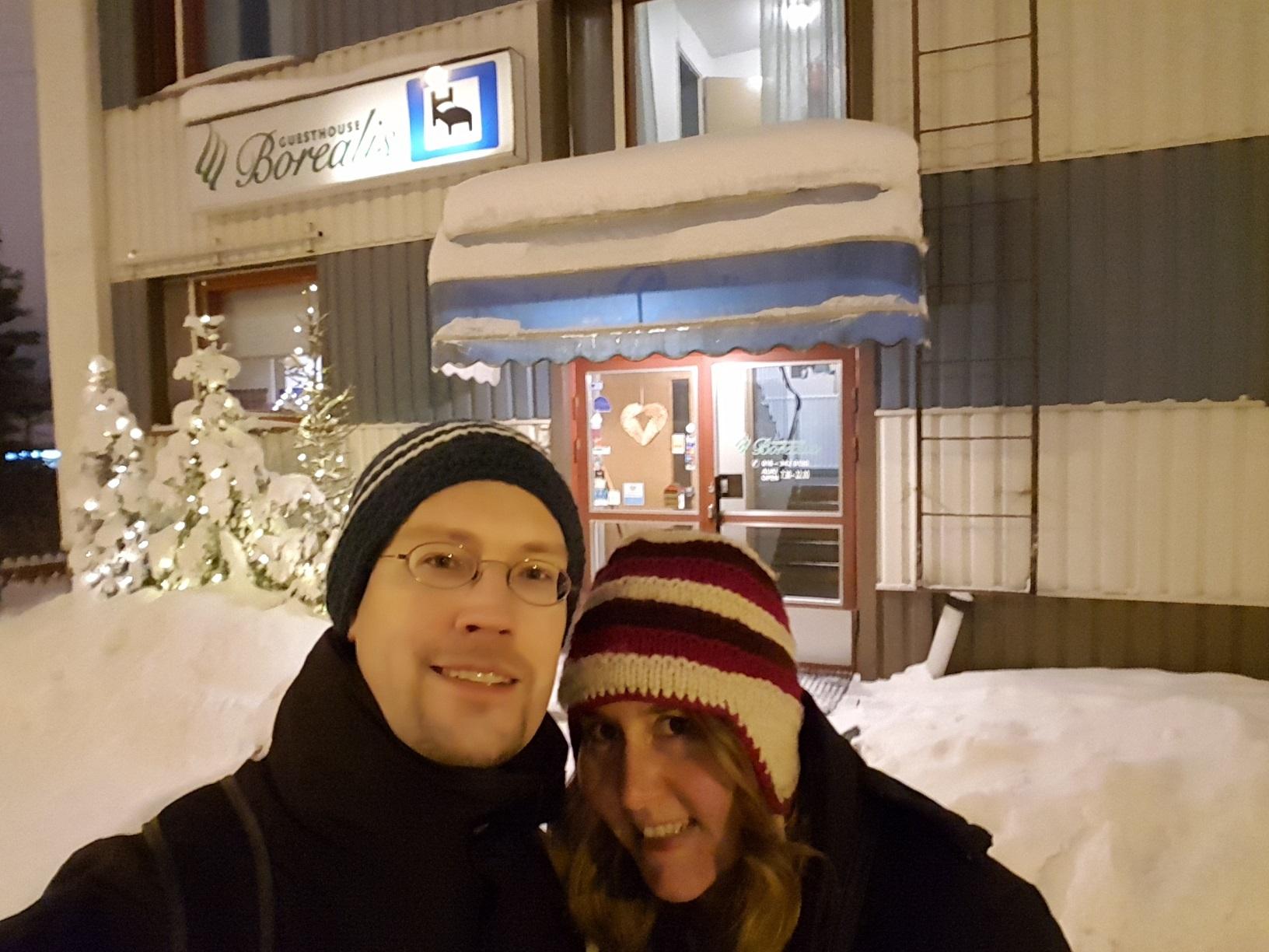 René und Caro vor dem Guesthouse Borealis