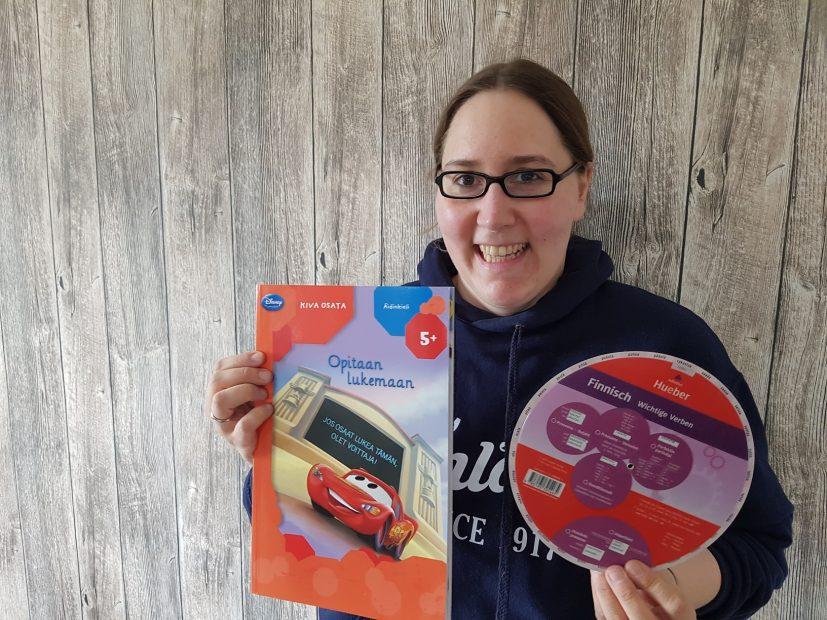 Caro mit ihrem Finnischlernbuch