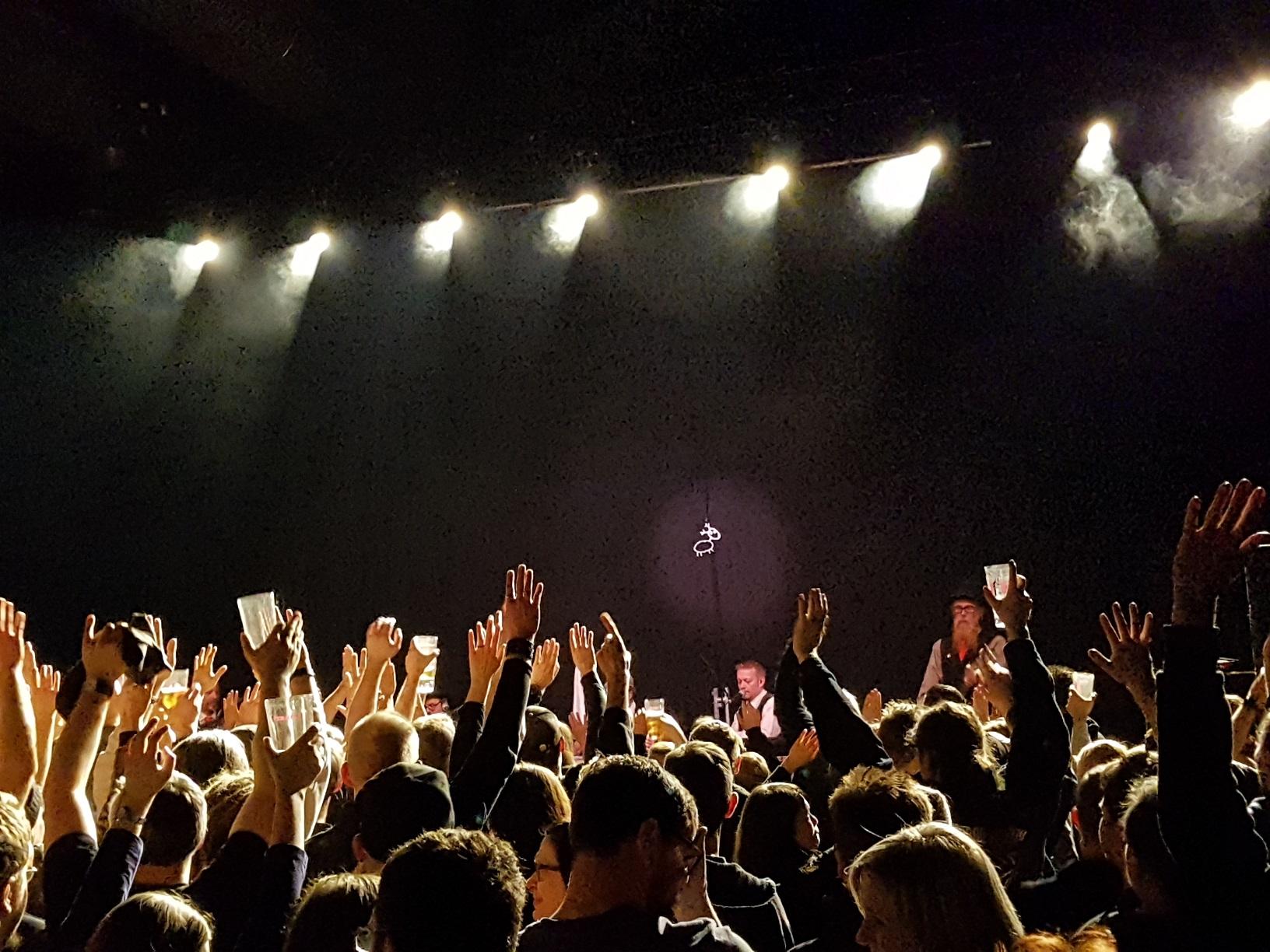 Eläkeläiset auf der Bühne