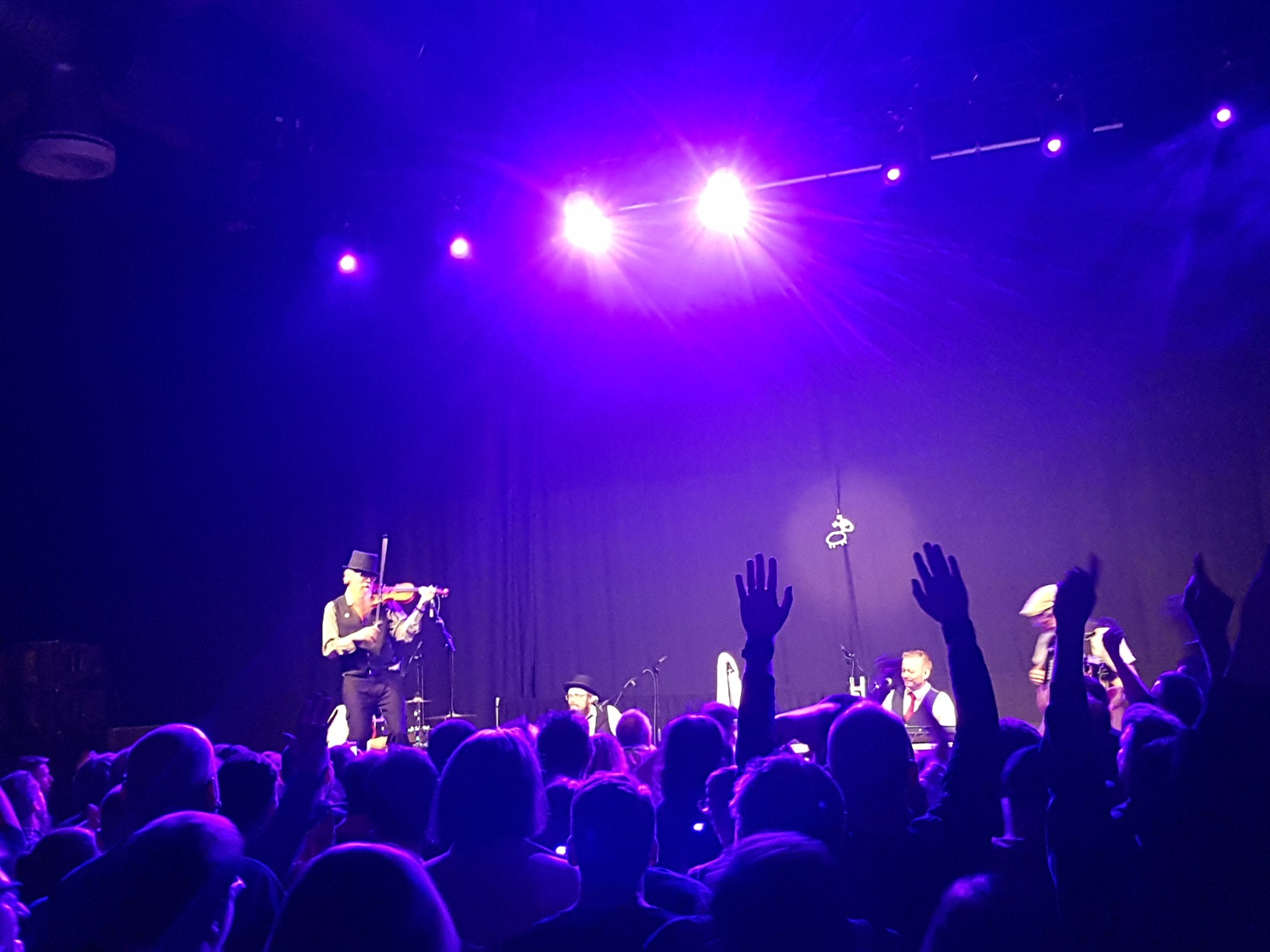Eläkeläiset on stage