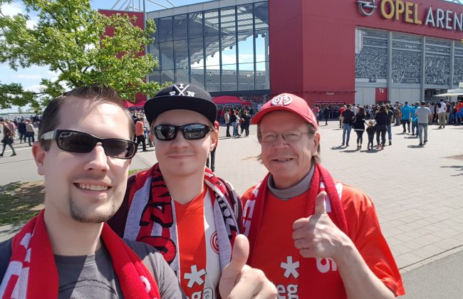 Mit dem Fan-Club-Finnland Mainz 05 vor der Opel Arena