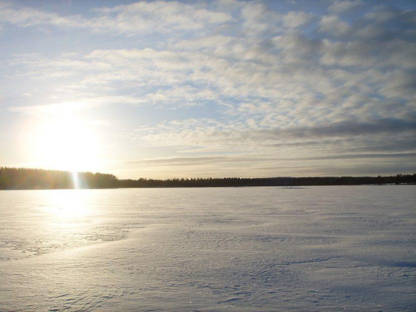 Finnischer See im Winter