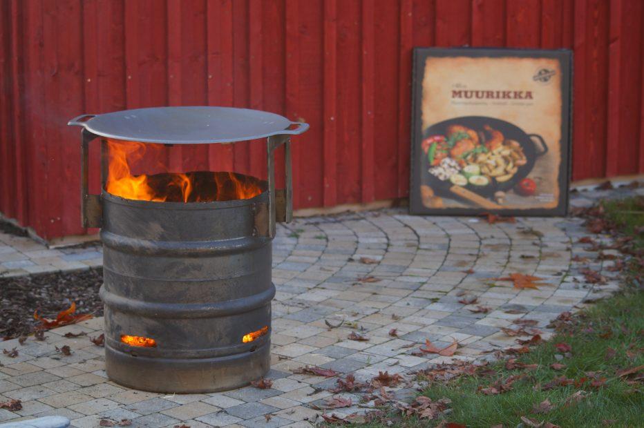 Muurikka auf Feuertonne