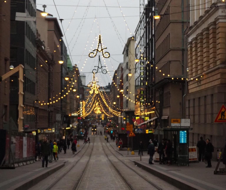 Die festlich beleuchtete Aleksanterinkatu im Zentrum von Helsinki