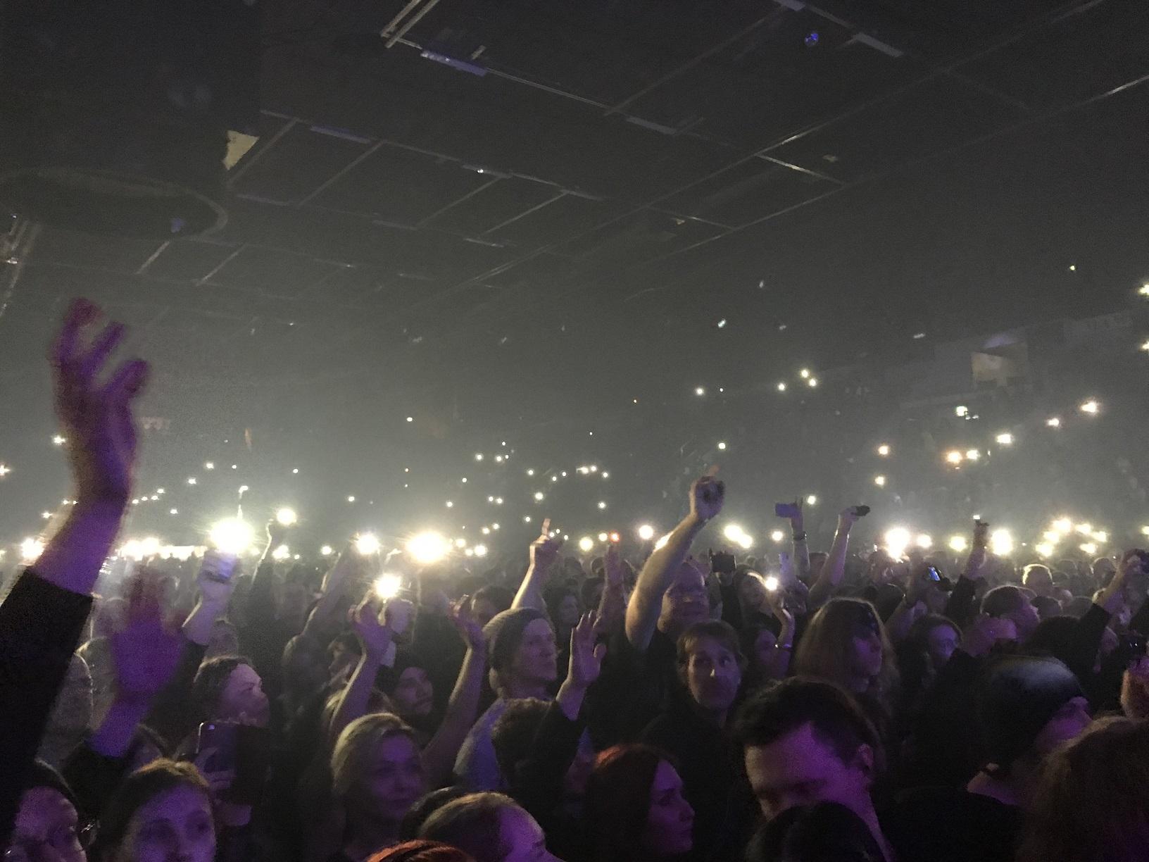Publikum mit Handy-Taschenlampen sorgt für eine Gänsehautatmosphäre