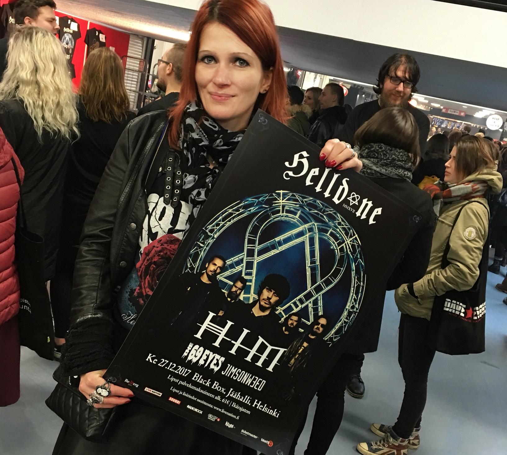 Autorin Katharina präsentiert stolz das Helldone 2017 Plakat