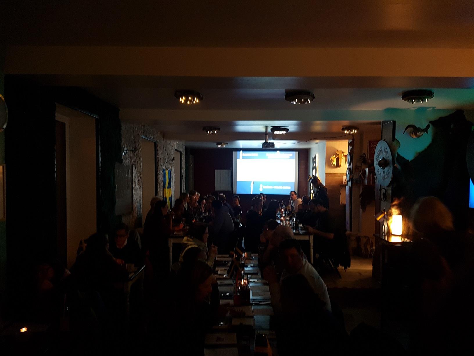 Voll besetztes Smorgas Nordisk Restaurant in Frankfurt