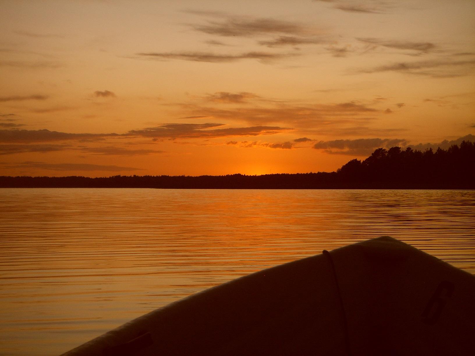 Die Sonne geht unter - ein toller Moment im Ruderboot