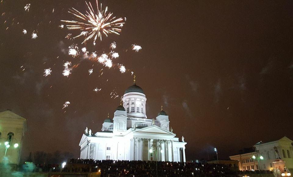 Silvesterfeuerwerk am Dom von Helsinki