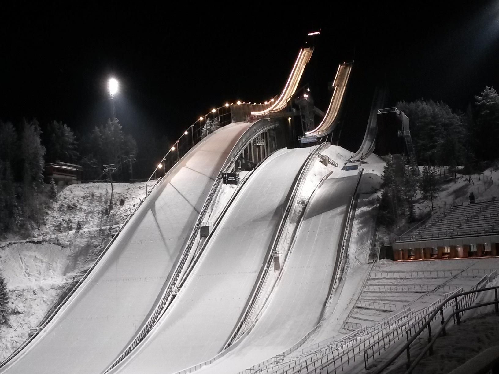 Winterliche Aufnahme der Skisprungschanzen von Lahti