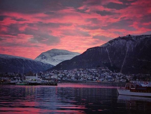 Blick auf Tromso mit traumhaft verfärbten Wolken