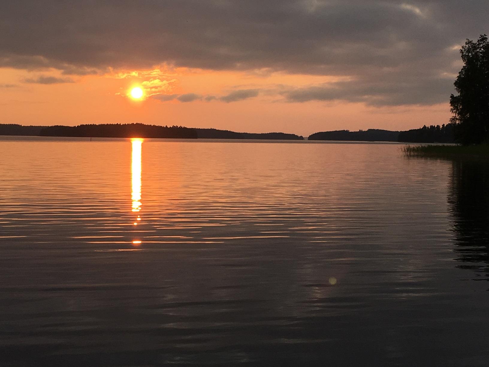 Die Sonne geht unter über dem Puruvesi in Punkaharju