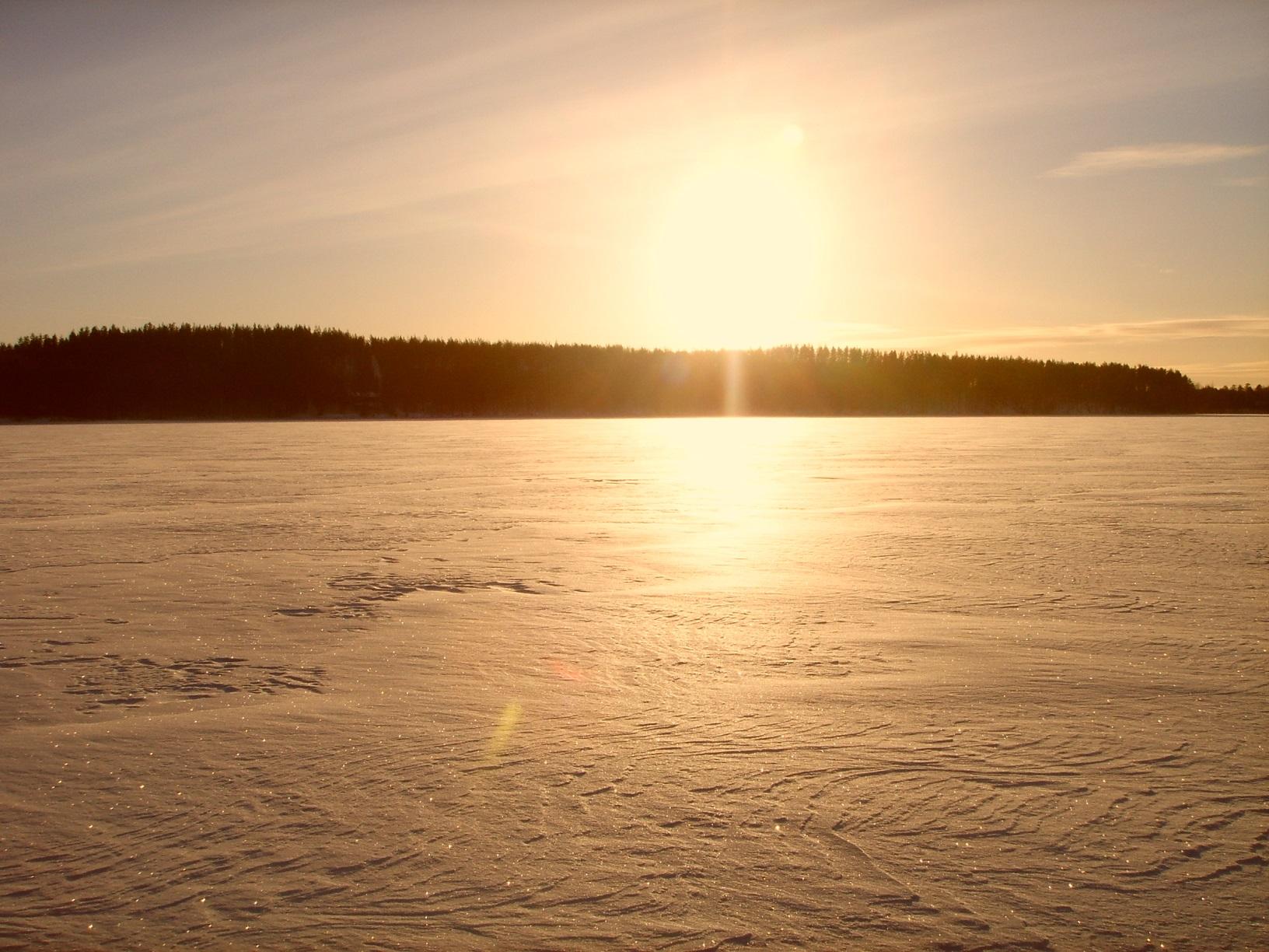 Die Sonne geht unter über dem Nurmijärvi in Finnland