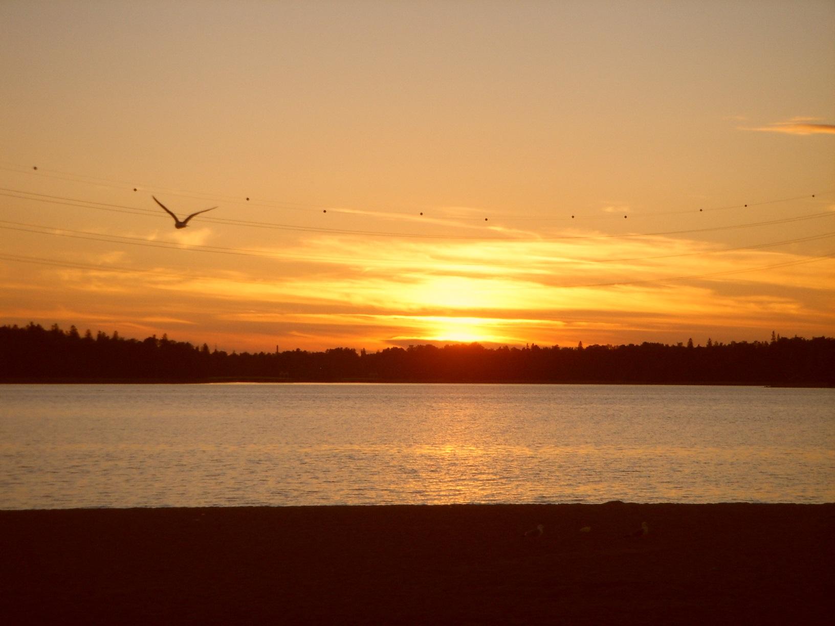 Die Sonne geht unter über dem Hietaranta-Strand in Helsinki