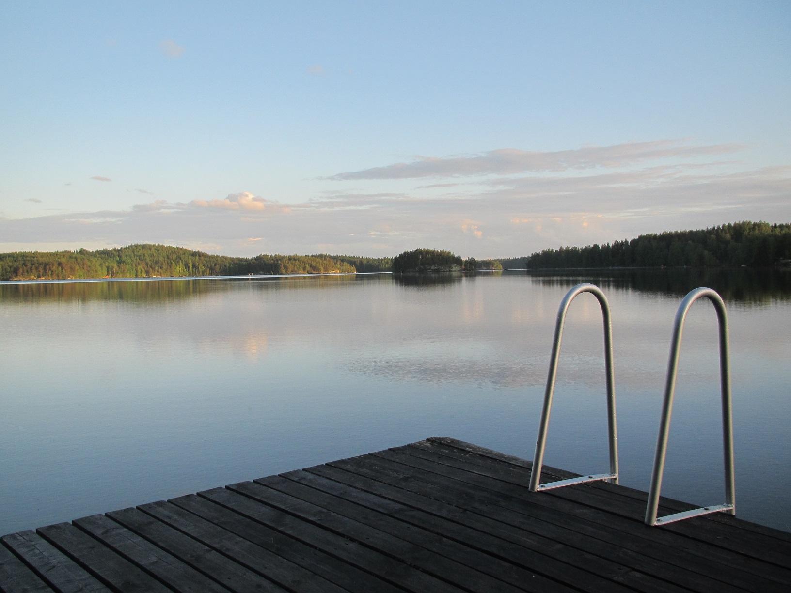 Steg in einer hellen finnischen Sommernacht