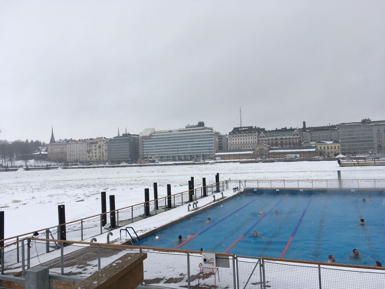 Becken des Allas Sea Pool im Winter