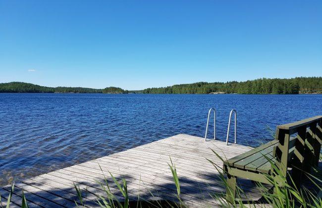 Der Sommer in Finnland ist am schönsten am Steg des Mökki
