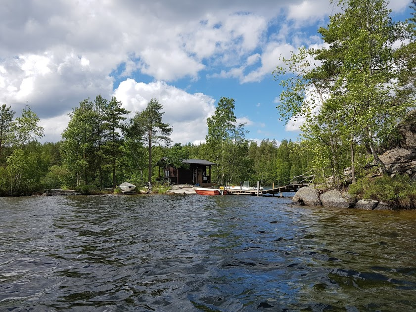 Insel im See mit Mökki