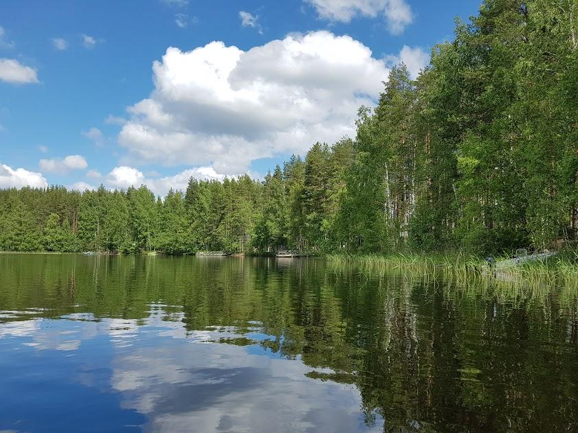Spiegelglattes Wasser eines finnischen Sees