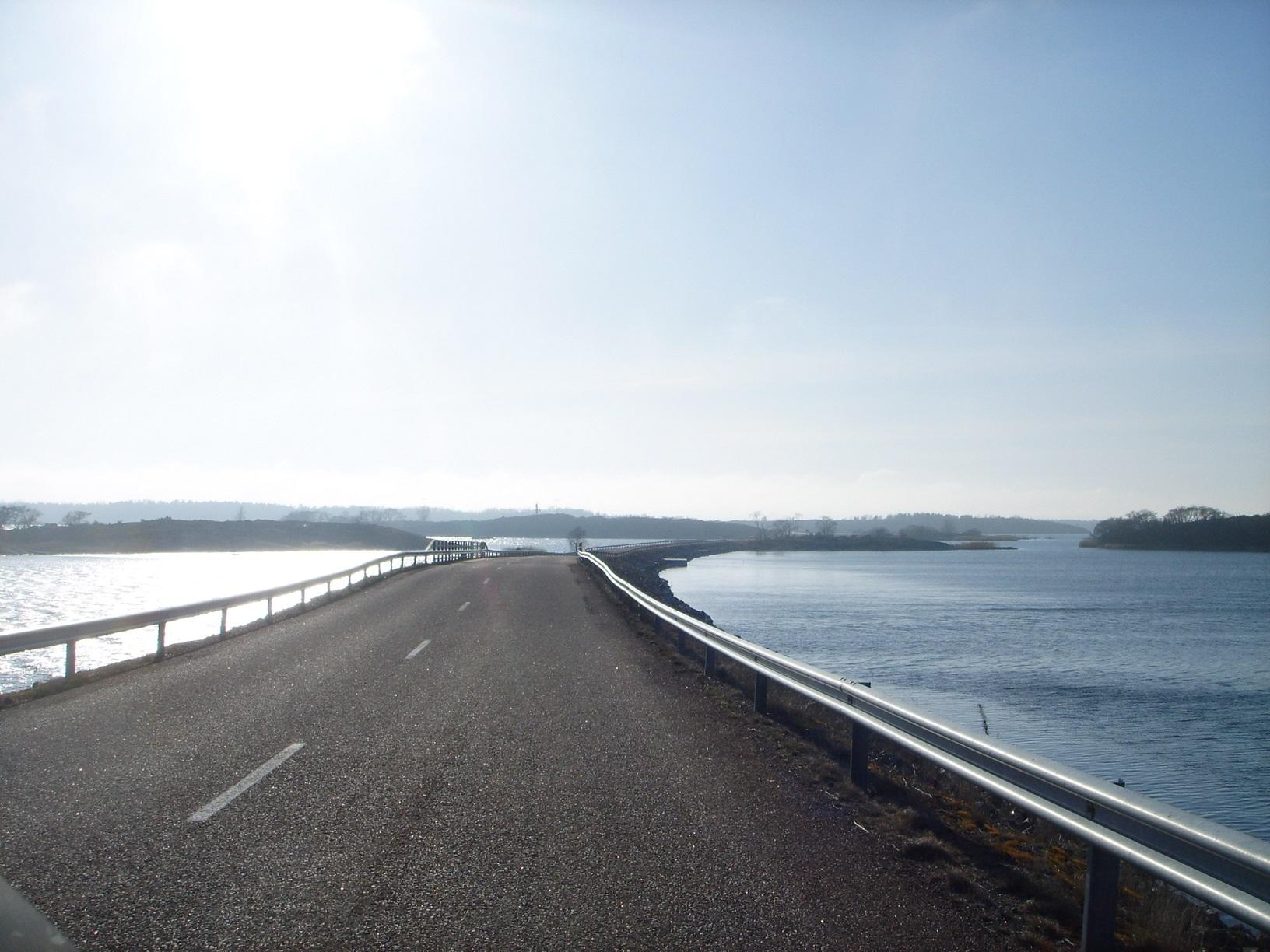 Straßendamm quer durchs Wasser in Brändö
