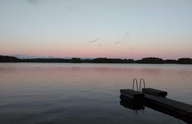 Steg am finnischen See im Abendlicht