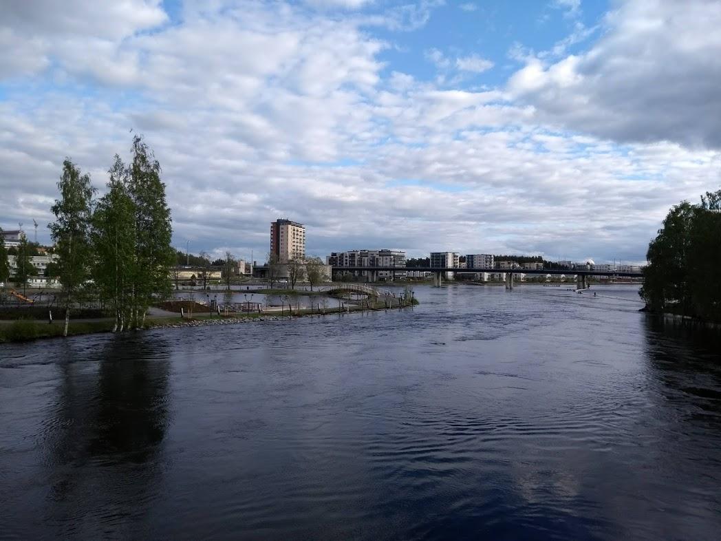 Flussufer des Pielisjoki in Joensuu, Finnland