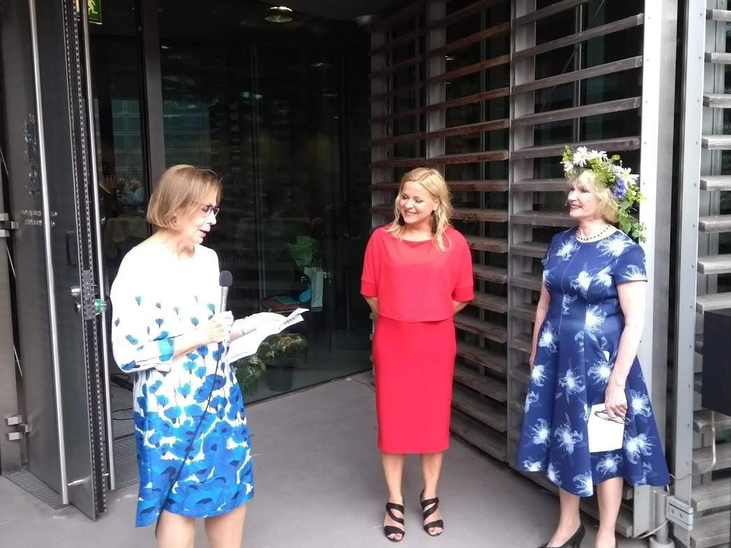 Finnische Botschafterin Ritva Koukku-Ronde, Tanja Huutonen, Merja Sundström in der finnischen Botschaft in Berlin