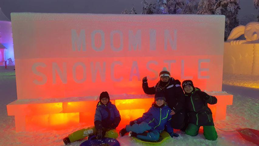 Willkommensschild im Moomin Snowcastle, Finnland